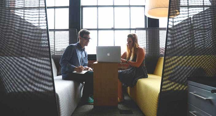 Software Partner finden - Mann und Frau am Laptop