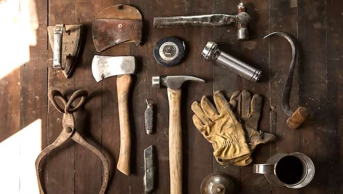Werkzeuge auf Tisch