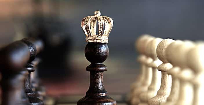 Spielfigur mit Krone