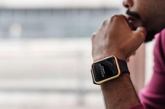 Mann trägt Smartwatch