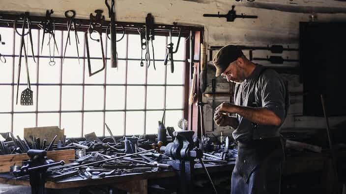 Handwerker in Werkstatt Craftnote App