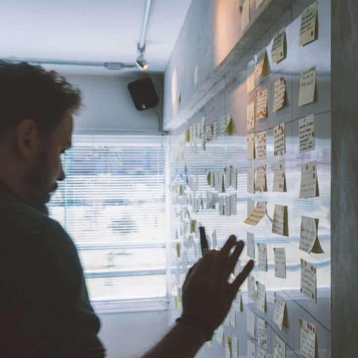 Projektmanagement an Whiteboard mit Post-Its