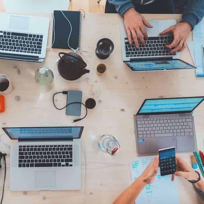 Web Design Prozess mit Laptops