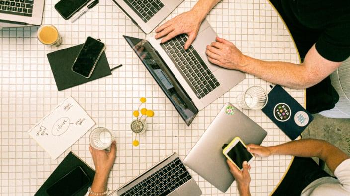 Beitragsbild Headless CMS – Menschen mit unterschiedlichen Devices